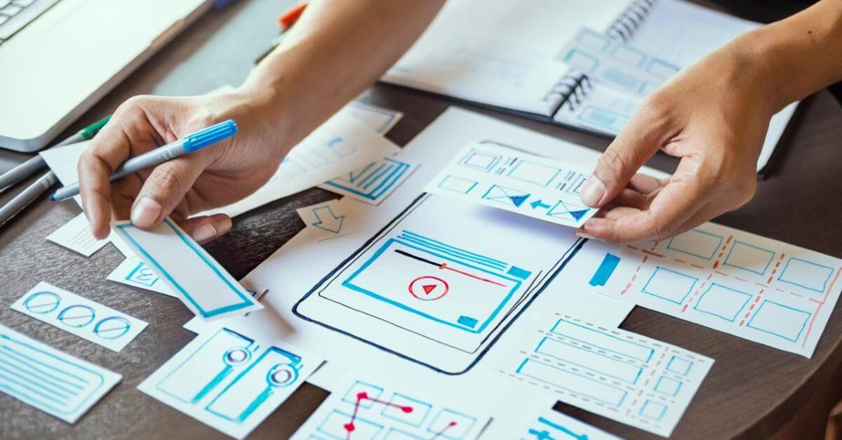 Mesa cheia com vários elementos de um projeto para um site mobile friendly