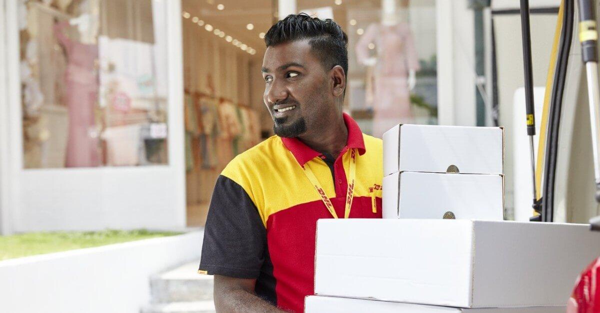 Estafeta DHL com caixas nas mão
